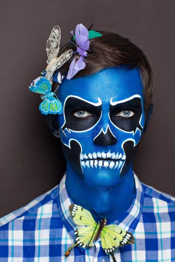 Uomo del cranio con le farfalle fotografia stock libera da diritti
