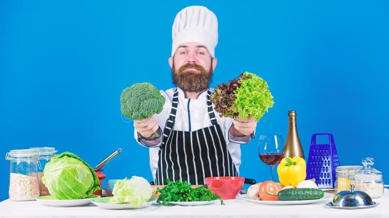 Uomo del cuoco unico in cappello Ricetta segreta di gusto Essere a dieta e alimento biologico, vitamina vegetariano Alimento dell immagine stock libera da diritti