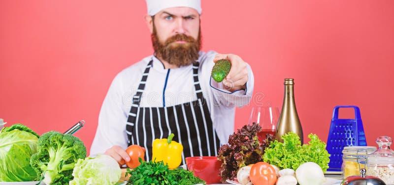 Uomo del cuoco unico in cappello Ricetta segreta di gusto Essere a dieta e alimento biologico, vitamina vegetariano Cuoco unico m immagine stock
