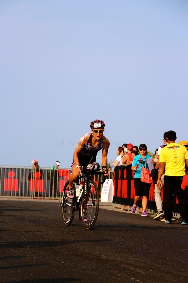 Uomo 2014 del ferro della Malesia l'inizio della bici di 180km fotografia stock libera da diritti