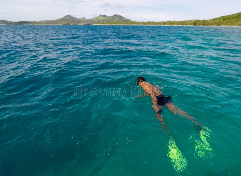 Uomo del Fijian che si immerge nelle Figi dell'isola di Yasawa fotografie stock libere da diritti