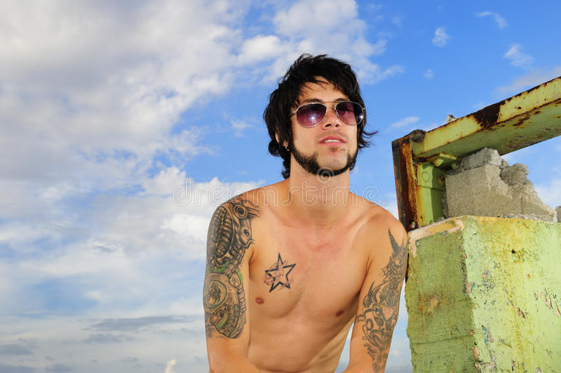 Uomo del Latino con gli occhiali da sole immagine stock