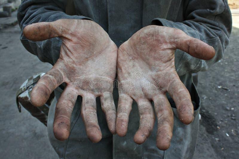Uomo del lavoratore con le mani sporche fotografia stock
