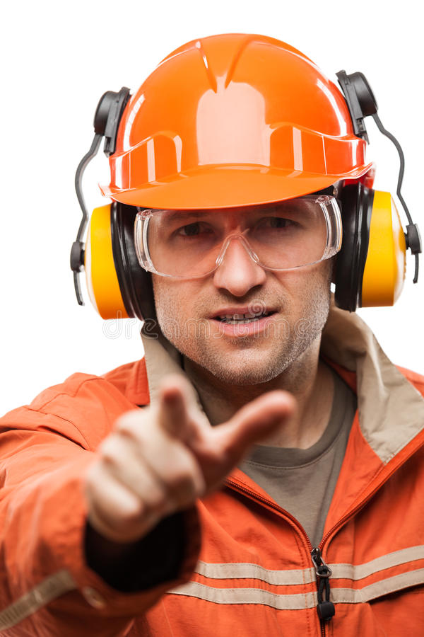 Uomo del lavoratore manuale o dell'ingegnere nell'iso bianco del casco dell'elmetto protettivo di sicurezza fotografie stock