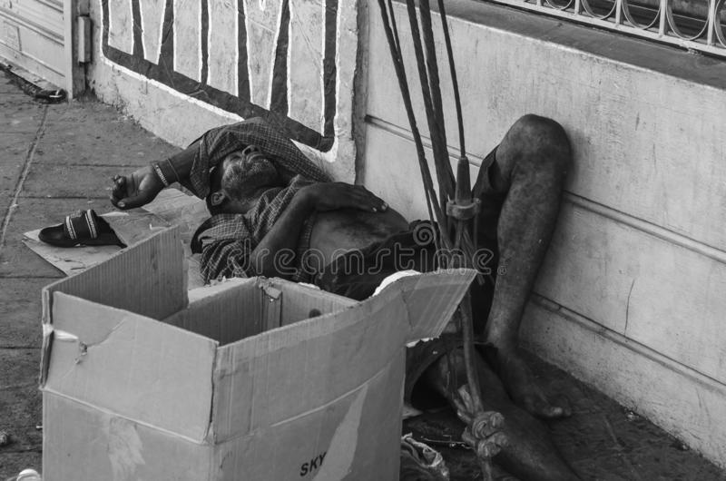 Uomo del mendicante che dorme nelle vie di Santo Domingo, Repubblica dominicana fotografia stock