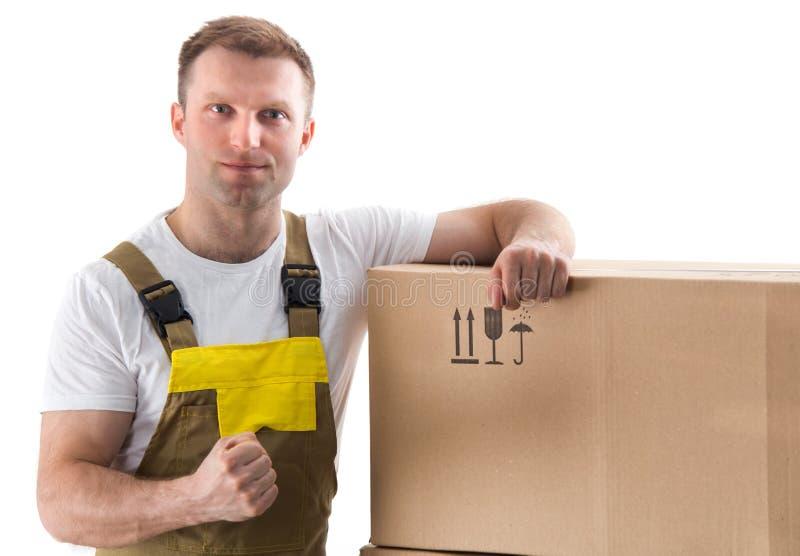 Uomo del motore con il contenitore di cartone isolato su fondo bianco fotografia stock libera da diritti