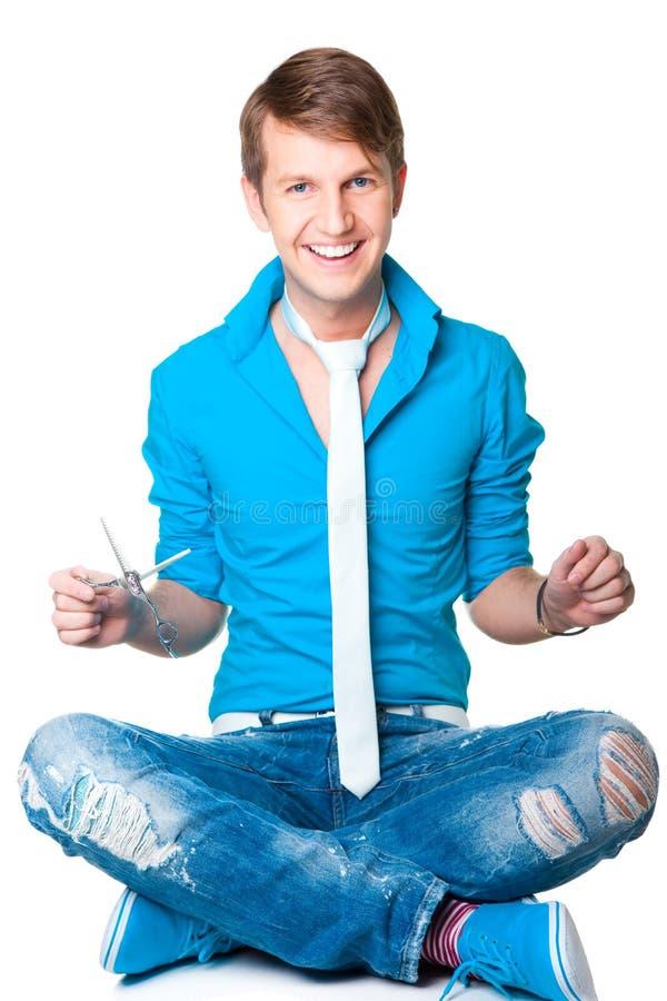 Uomo del parrucchiere con le forbici su bianco isolato immagine stock