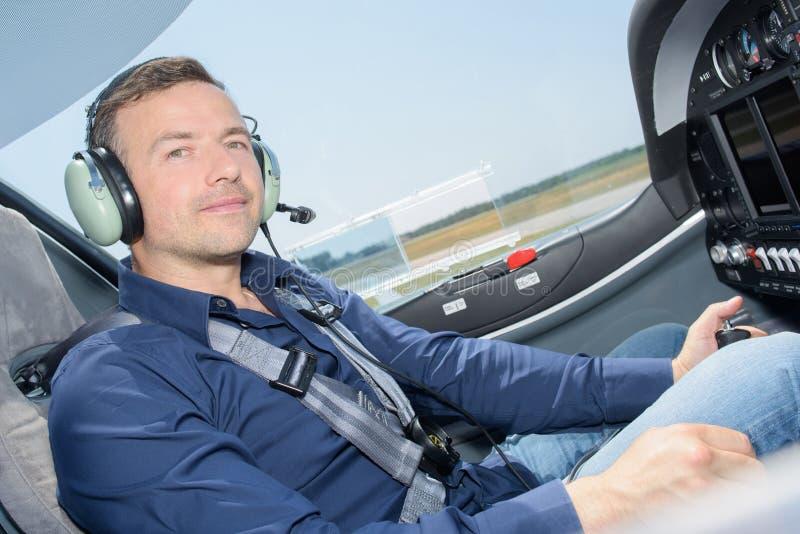 Uomo del ritratto in aereo della cabina di pilotaggio fotografie stock