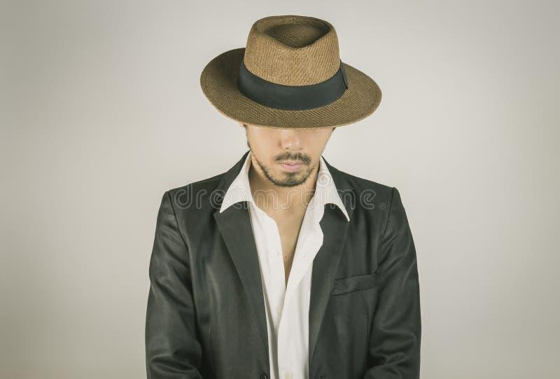 Uomo del ritratto di modo nero del cappello e del vestito su Front View Vintage Tone immagine stock libera da diritti