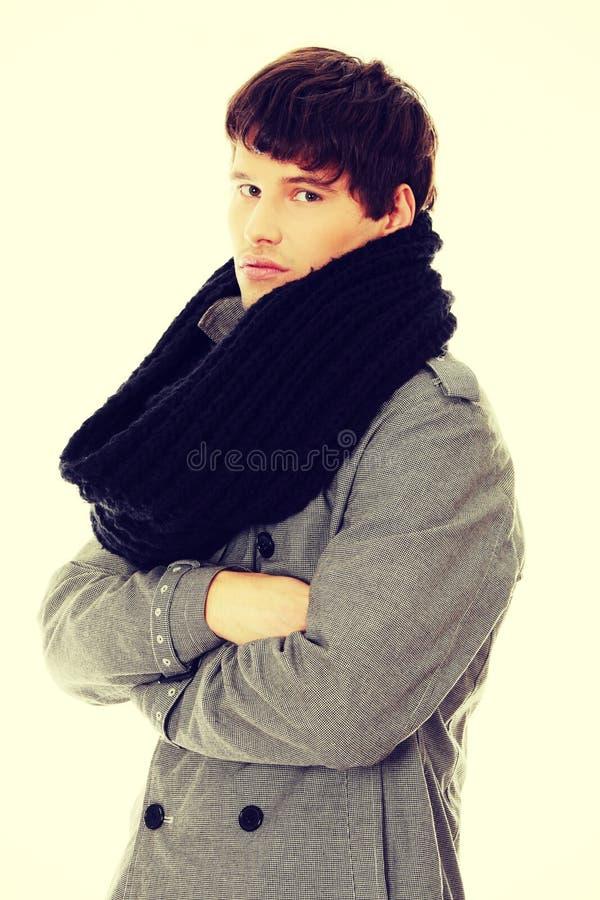 Uomo del ritratto in sciarpa e cappotto fotografie stock libere da diritti