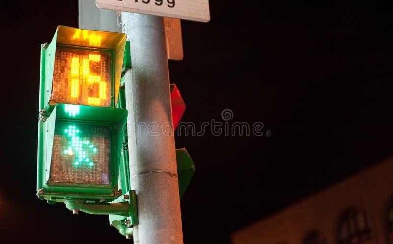 Uomo del semaforo con il conto alla rovescia immagine stock libera da diritti