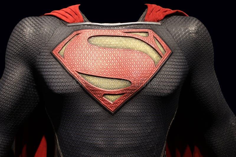 Uomo del superman del costume d'acciaio fotografie stock libere da diritti