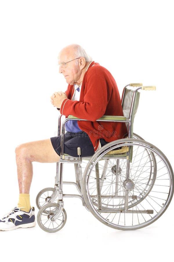 Uomo del veterano invalido nel verticale della sedia a rotelle fotografie stock libere da diritti