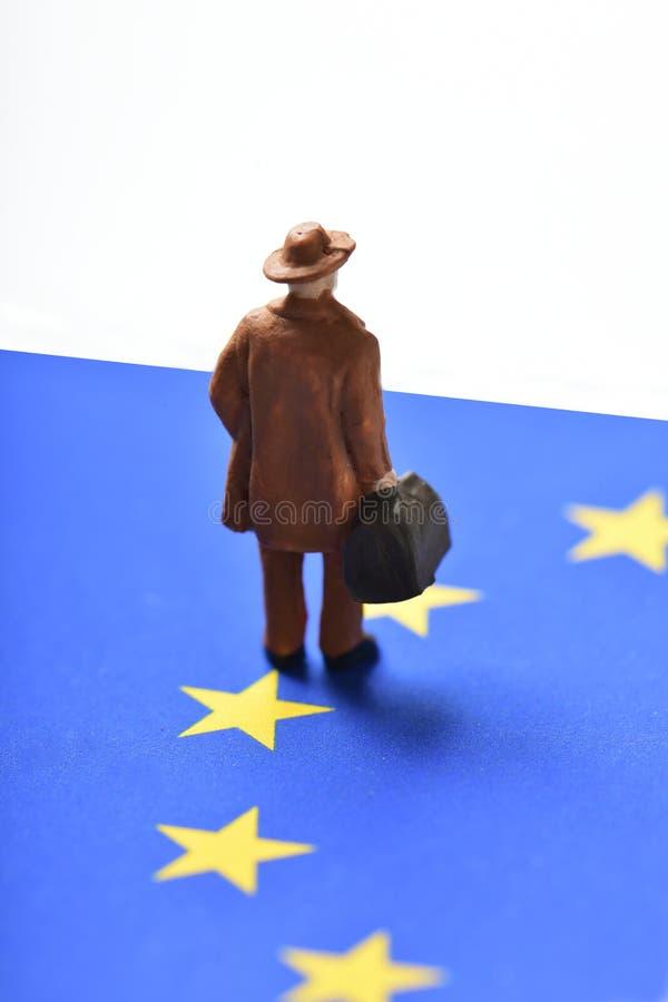 Uomo del viaggiatore e bandiera di Unione Europea miniatura fotografia stock