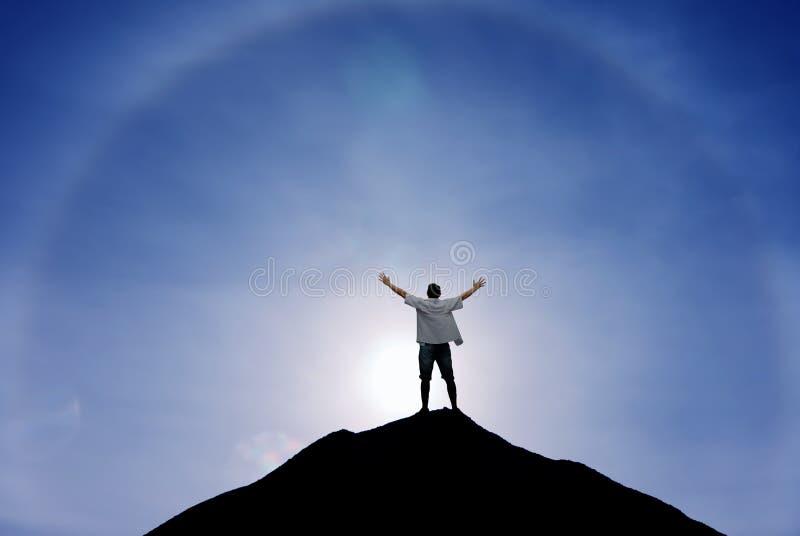 Uomo del vincitore che sta sulla cima della collina fotografia stock libera da diritti