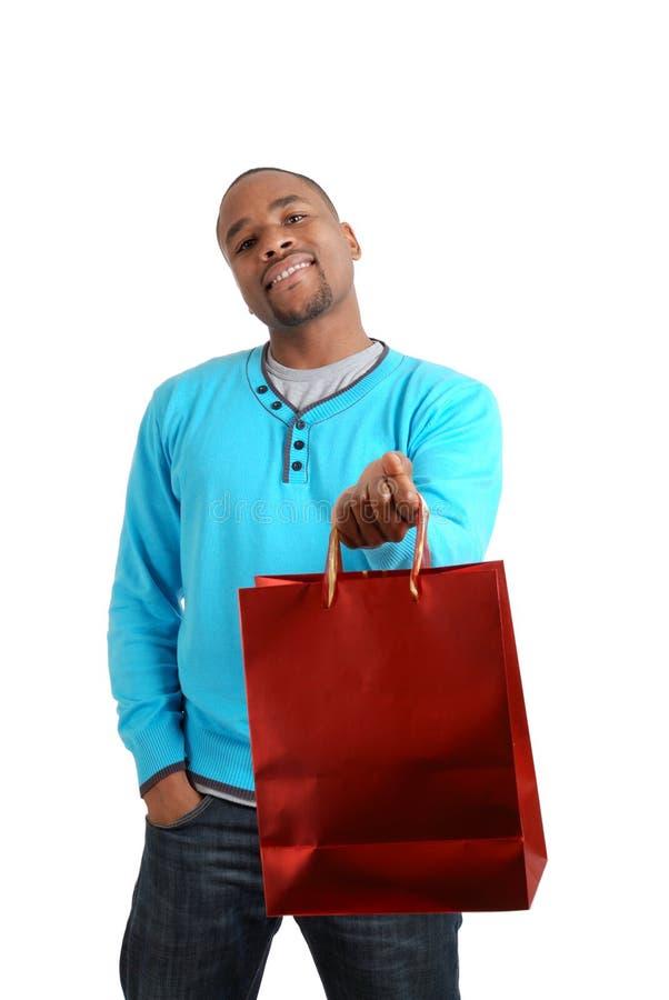 Uomo dell'afroamericano con il sacchetto di acquisto fotografia stock libera da diritti