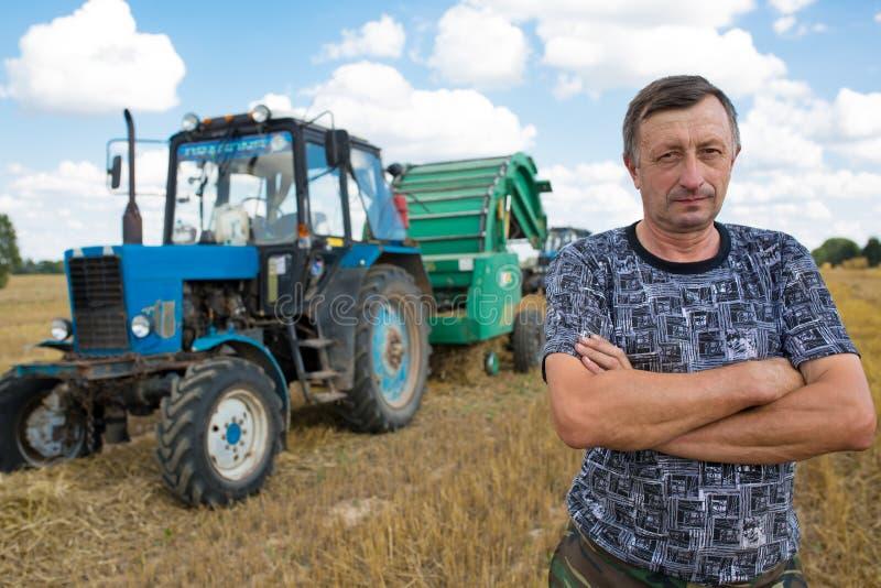 Uomo dell'agricoltore che sta nel campo fotografia stock libera da diritti