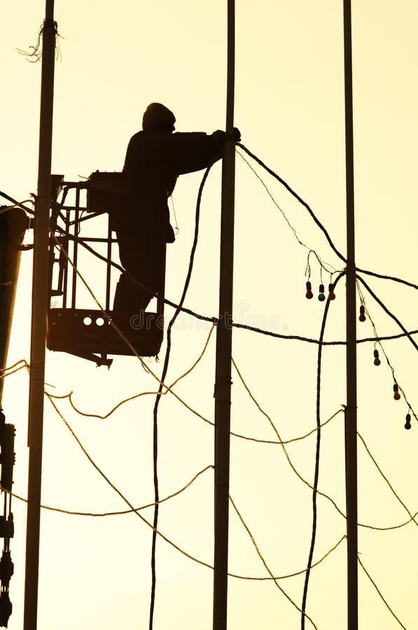 Uomo dell'elettricista sul lavoro fotografia stock