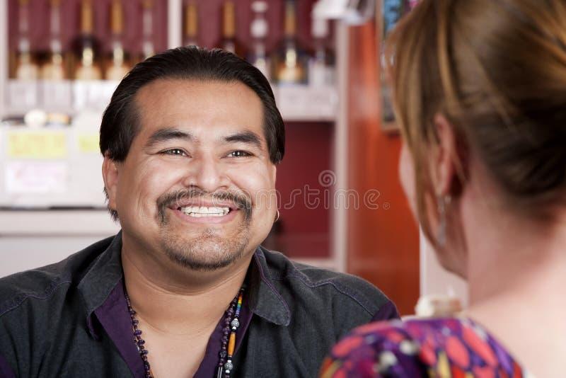 Uomo dell'nativo americano con l'amico femminile in restaura fotografia stock
