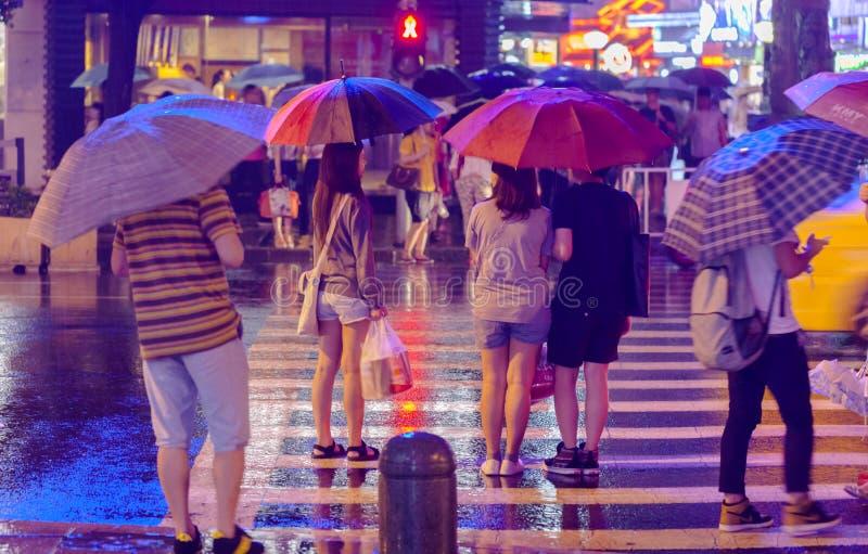 Uomo dell'ombrello della pioggia fotografia stock