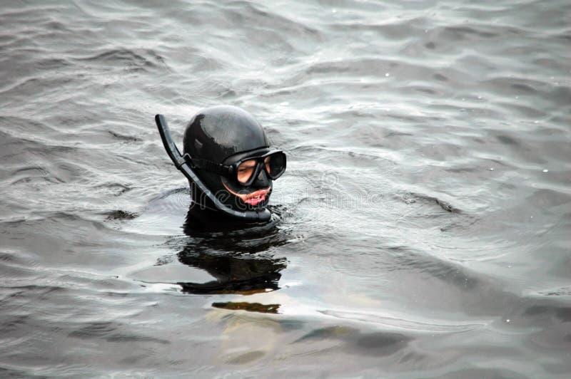 Uomo dell'operatore subacqueo con la maschera in acqua fotografia stock libera da diritti