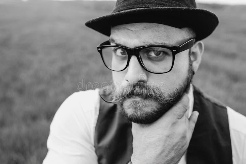 Uomo della barba nel campo solo fotografia stock