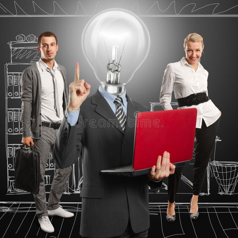 Uomo della lampada e squadra capi di affari immagine stock libera da diritti