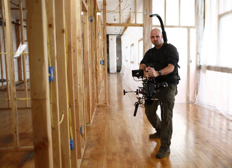 Uomo della macchina fotografica con la parentesi graffa della macchina fotografica fotografia stock libera da diritti