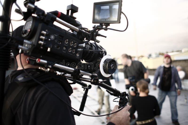 Uomo della macchina fotografica con la parentesi graffa della macchina fotografica fotografie stock libere da diritti