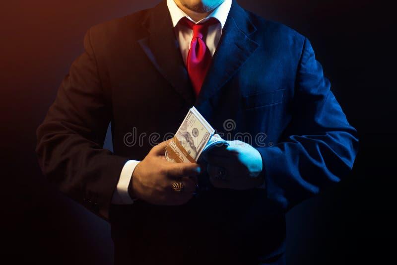 Uomo della mafia che conta soldi fotografia stock