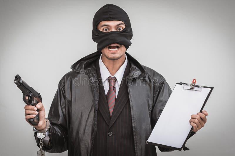 Uomo della mafia in vestito che conta pistola su fondo bianco immagine stock libera da diritti