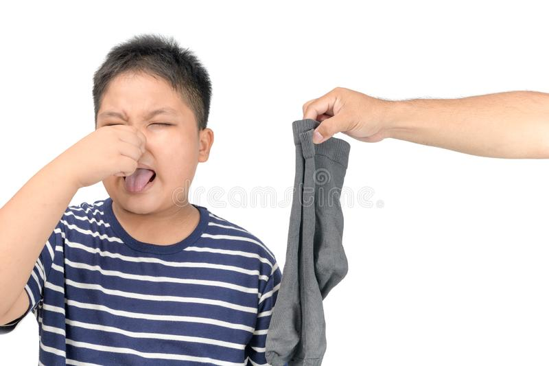 Uomo della mano che giudica i calzini puzzolente sporchi isolati immagine stock
