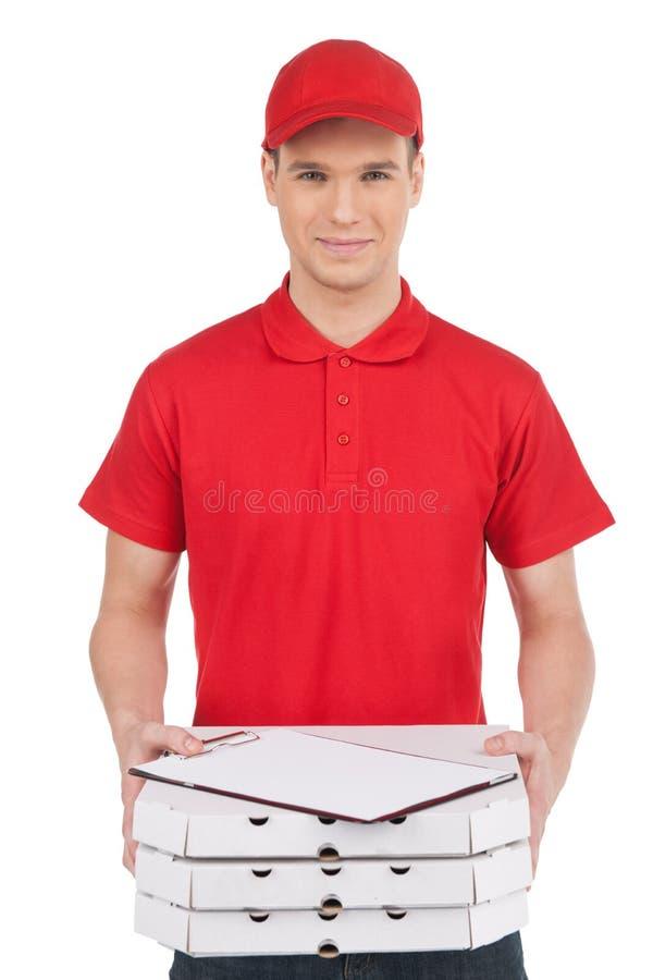 Uomo della pizza con una pila di contenitori di pizza. Vista frontale dell'acclamazione dei giovani fotografia stock