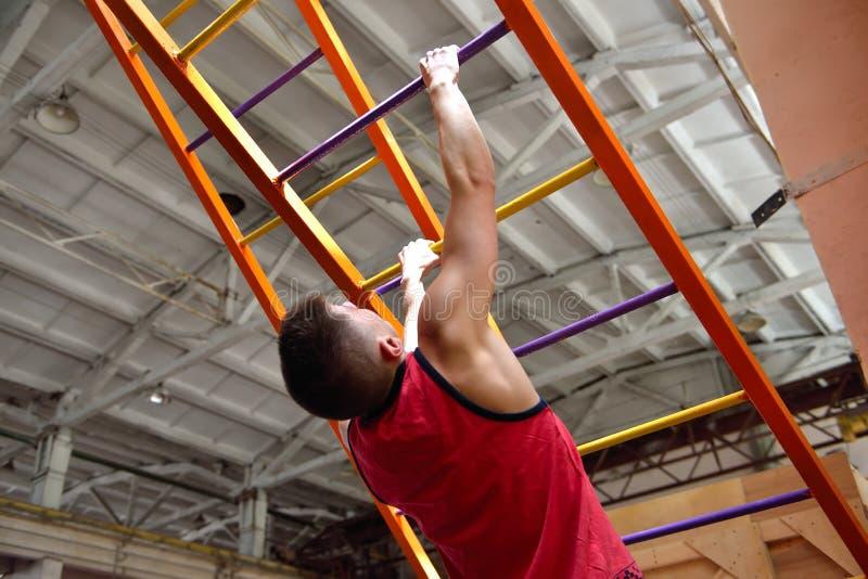 Uomo dello scalatore che scala sulle scale fotografia stock
