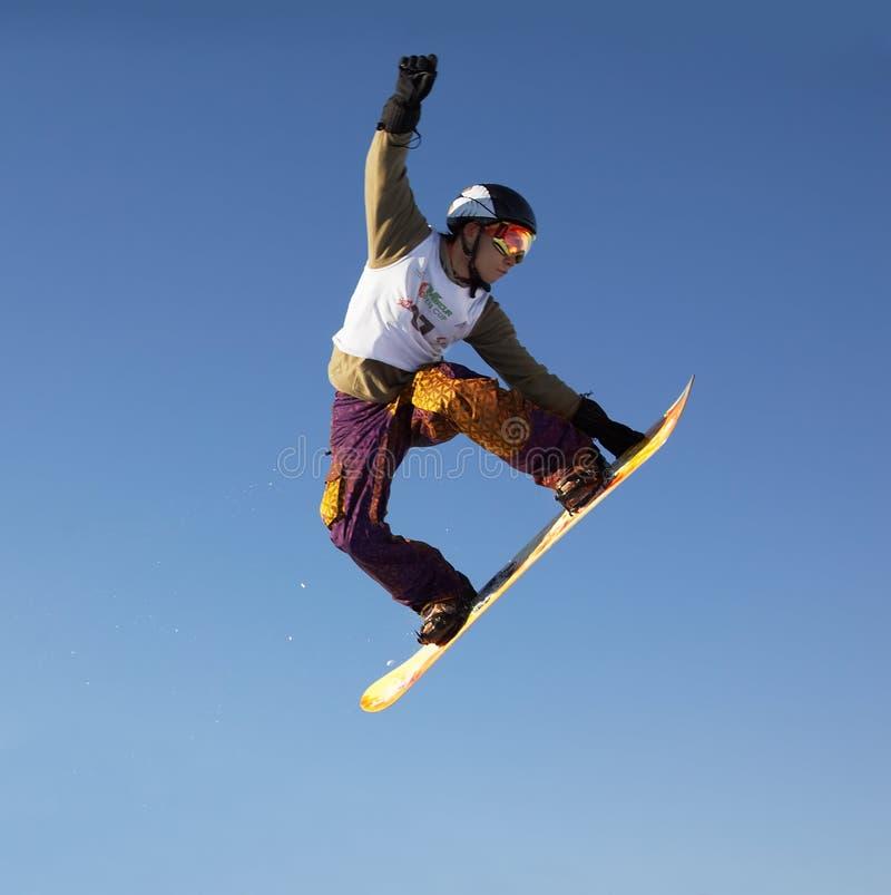 Uomo dello snowboard della mosca fotografia stock