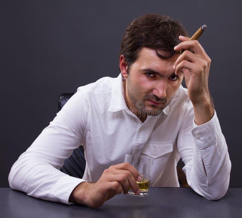 Uomo deludente potabile con whiskey fotografia stock libera da diritti