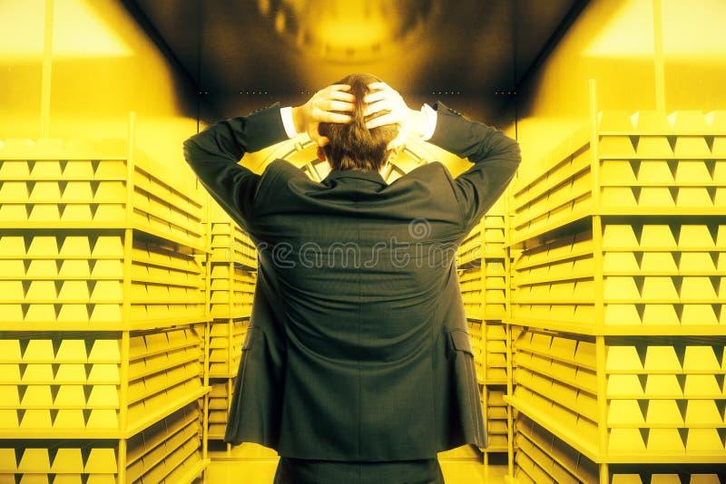 Uomo dentro la volta dorata immagine stock libera da diritti