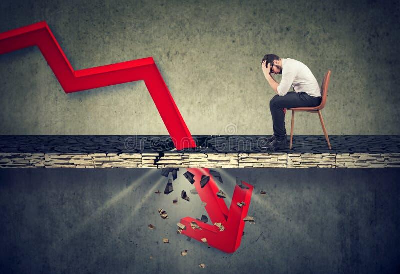 Uomo depresso di affari e concetto di crisi finanziaria fotografia stock