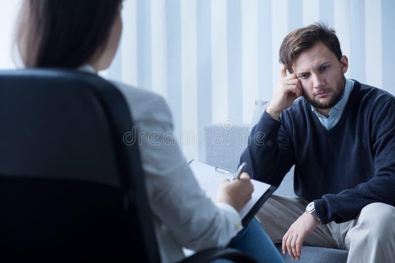 Uomo depresso silenzioso immagini stock libere da diritti