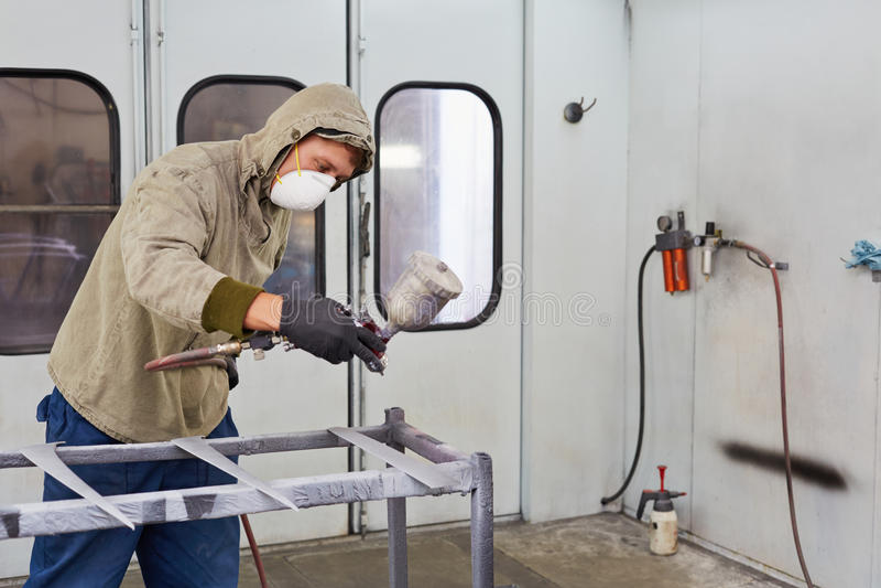 Uomo in dettaglio protettivi dell'automobile delle pitture dei vestiti fotografia stock libera da diritti