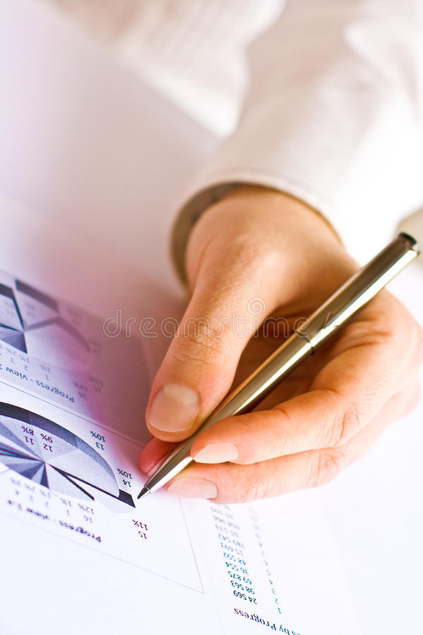 Uomo di affari che analizza grafico immagini stock libere da diritti