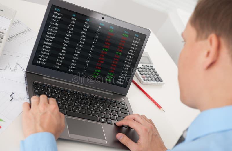 Uomo di affari che analizza il mercato azionario fotografie stock libere da diritti
