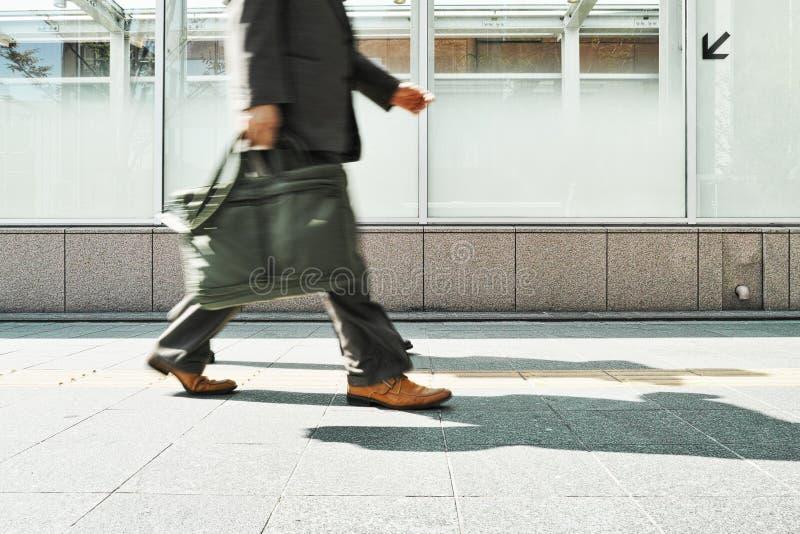 Uomo di affari che cammina al giorno fotografie stock libere da diritti