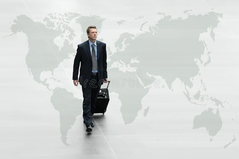 Uomo di affari che cammina la mappa di mondo, concetto di viaggio internazionale immagini stock libere da diritti