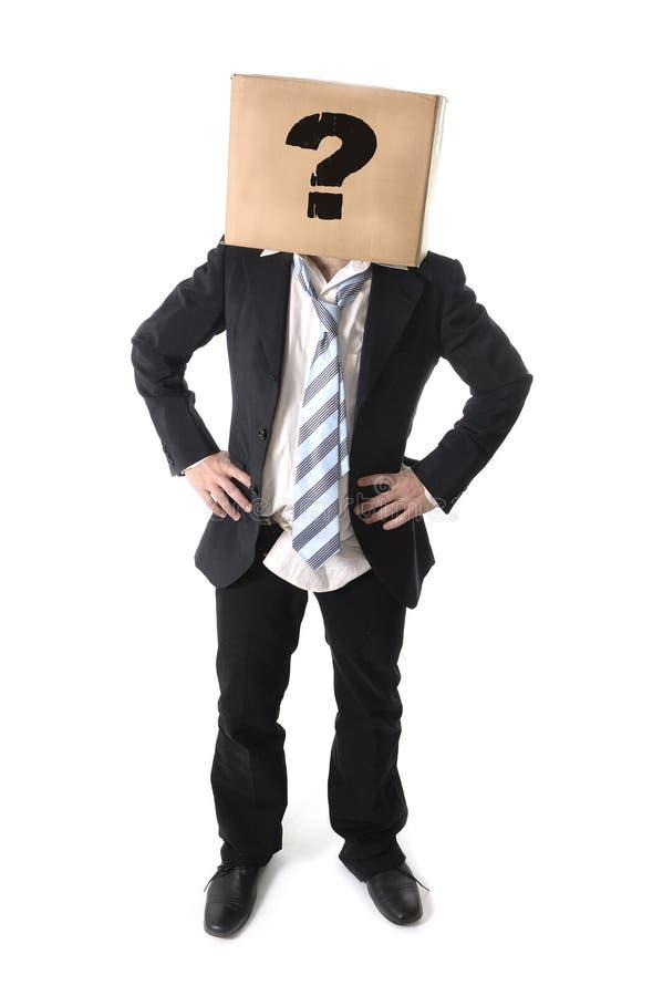 Uomo di affari che chiede l'aiuto con la scatola di cartone sulla sua testa fotografia stock