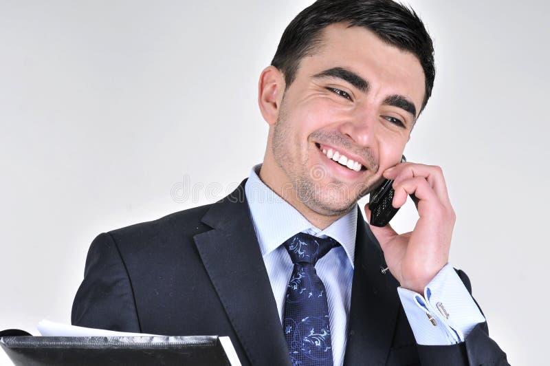 Uomo di affari che comunica sul telefono mobile immagini stock libere da diritti