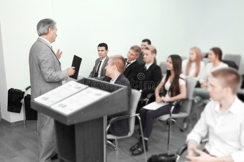 Uomo di affari che dà presentazione ai suoi colleghi fotografie stock libere da diritti