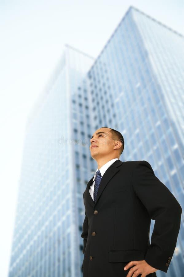 Uomo di affari che fa una pausa il suo edificio per uffici fotografia stock libera da diritti