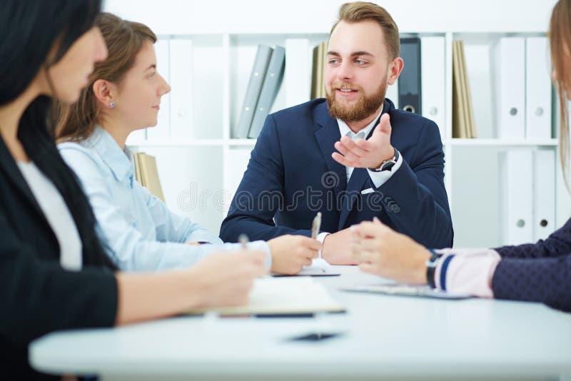 Uomo di affari che fa una presentazione immagine stock