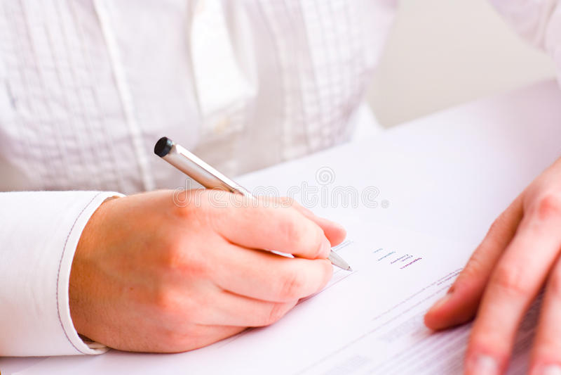 Uomo di affari che firma il contratto fotografie stock libere da diritti